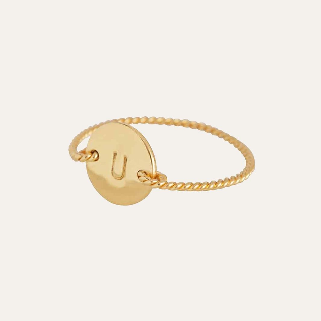 Smal gedraaide initial ring in diverse letters goud