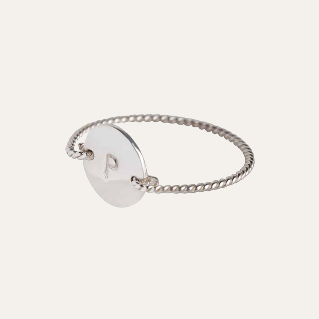 Smal gedraaide initial ring in diverse letters zilver 1
