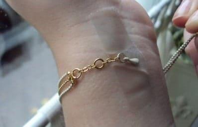 Hoe kan ik zelf een armband omdoen?