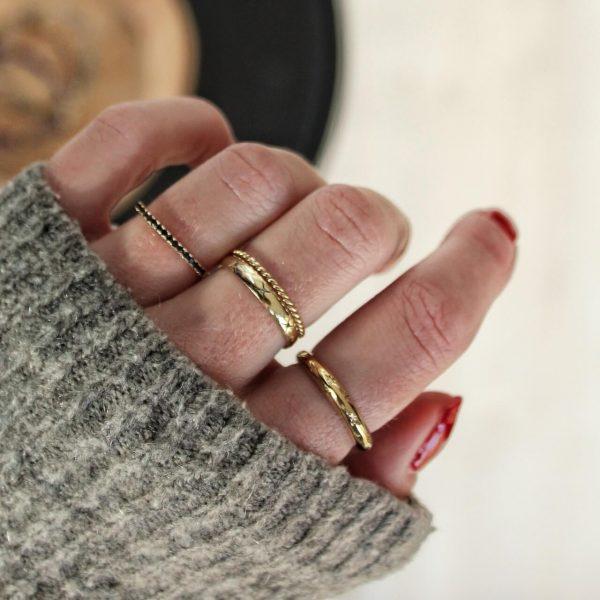 ring met zwarte stenen